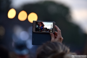 Beaucoup tentent d'emporter un souvenir du concert d'Iron Maiden. © David Trotta