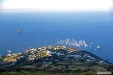 Selon Jules Verne, après leur sortie du volcan, les protagonistes du Voyage au centre de la terre auraient repris le bateau pour Hambourg à San Vincenzo (centre de l'image). En réalité, le port se situe à Scari (à droite sur la photo), à quelques centaines de mètres de la place principale de San Vincenzo. © David Trotta