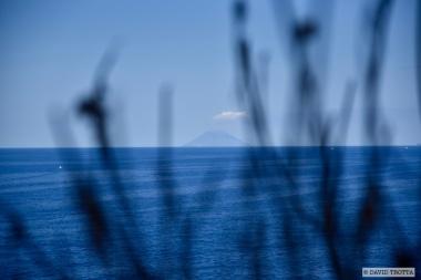 """Les îles éoliennes ont inspiré de nombreuses fictions, souvent devenues cultes. A commencer par Stromboli, l'île-volcan. Boudée par Guy de Maupassant dans son carnet de voyage En Sicile, en 1885, pour qui il ne s'agit que d'une """"montagne ronde et haute, dont la tête fume et dont le pied s'enfonce dans la mer"""", Stromboli est l'un des volcans star du Voyage au centre de la terre de Jules Verne. © David Trotta"""