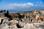 """Taormina fait face à l'Etna. Une ville particulièrement appréciée par Guy de Maupassant au cours de son voyage sur les mers en 1885. """"Un homme n'aurait à passer qu'un jour en Sicile et me demanderait : """"Que faut-il y voir?"""" - Je lui répondrais sans hésiter: """"Taormine"""""""" écrit-il dans En Sicile. © David Trotta"""