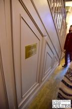 Harry Potter, malmené par la famille Dursley, est contraint de vivre dans le placard sous l'escalier. © David Trotta