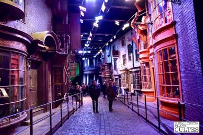Lieu mythique du monde des sorciers, c'est sur le Chemin de Traverse que se trouve la plupart des magasins. Les personnages y achètent notamment les baguettes, les livres, les animaux et les balais magiques. © David Trotta
