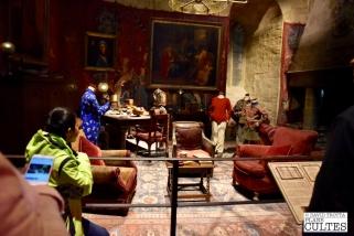 La salle commune de Gryffondor telle qu'elle a été créée pour le premier épisode de la saga. A gauche, Neville Londubat tente d'empêcher ses camarades Harry, Ron et Hermione de sortir une fois la nuit tombée. © David Trotta