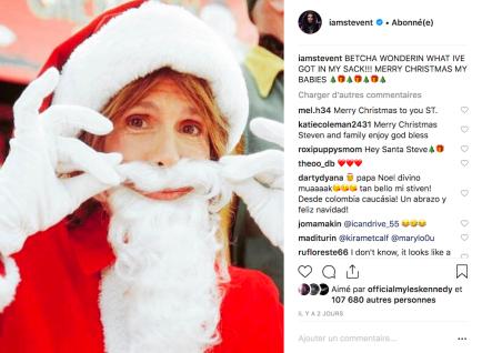 Le chanteur d'Aerosmith Steven Tyler en Père Noël.