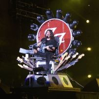 Afin d'assurer le reste des shows après s'être cassé la jambe en tombant de scène en 2015, Dave Grohl se fait construire un trône de fer et de guitares. Image wikimedia commons.