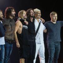 Les Foo Fighters au complet. De gauche à droite Chris Shiflett, Rami Jaffee, Taylor Hawkins, Dave Grohl, Pat Smear et Nate Mendel. Image wikimedia commons.