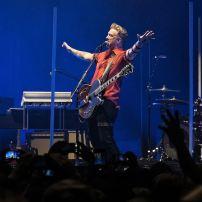 Proche des Queens of the Stone Age et de son leader Josh Homme, Dave Grohl a enregistré deux albums avec le groupe. Dont un de leur plus grand succès, No One Knows, sorti sur Songs for the Deaf en 2002. Image wikimedia commons.