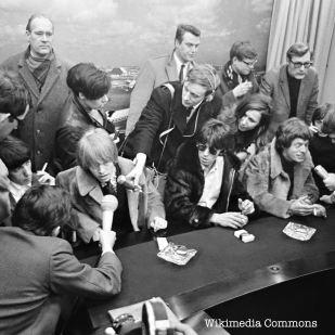 Les Stones encore et un concert à Altamont le 6 décembre 1969, qui a lui aussi beaucoup fait parler. Notamment pour ses morts. Le groupe, organisateur de l'événement, a eu l'idée, moins géniale après coups, de faire assurer la sécurité par les Hells Angels.