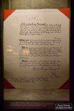 De prestigieux documents sont aussi révélés au cours de la visite. Ici la lettre d'anoblissement de Charlie Chaplin par le reine Elisabeth II. © David Trotta