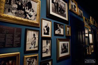 Contre les murs, des dizaines de photos témoignent de la vie de la famille Chaplin sur les hauteurs de Vevey. © David Trotta