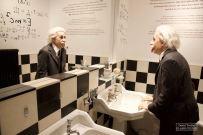 Au premier étage, plusieurs pièces sont consacrées aux rencontres faites par Chaplin. Ici une statue d'Albert Einstein, avec l'acteur se liera d'amitié. © David Trotta