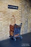 À l'intérieur, on y trouve une attraction devant laquelle les fans de Harry, Ron et Hermione peuvent se faire photographier empruntant le passage secret situé sur le quai 9 3/4. En réalité, les scènes ont été filmées sur les quais 4 et 5. © David Trotta