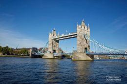Impossible de ne pas prendre Londres pour décor sans inclure certains de ses plus illustres monuments. La saga Harry Potter n'y échappe d'ailleurs pas. Au cours des films, on peut apercevoir le parlement, la cathédrale Saint-Paul, le Millenium Bridge, détruit par les Mangemort, ou encore le fameux Tower Bridge, de nuit, lorsque Harry doit être évacué de Private Drive. © David Trotta
