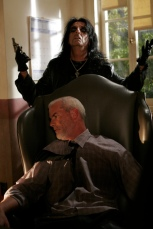 Dans un épisode de la série Monk, le détective soupçonne le chanteur Alice Cooper d'être l'auteur d'un meurtre.