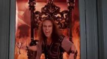 Cantonné à une affiche, le chanteur Ronnie James Dio prend subitement vie le temps d'un gag dans le film Tenacious D.