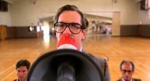 Rappelez-vous le début du premier volet de Retour vers le futur. Quand Marty participe à un concours en vue de se produire sur scène avec son groupe. Ils se font vite stopper par le jury, dont le porte-parole qualifie leur musique d'assourdissante. Premier gag d'une longue série à travers la saga, l'homme derrière le mégaphone n'est autre que Huey Lewis, qui a composé le morceau interprété par Marty McFly et ses amis. Un titre que l'on entend par ailleurs dès le début du film.