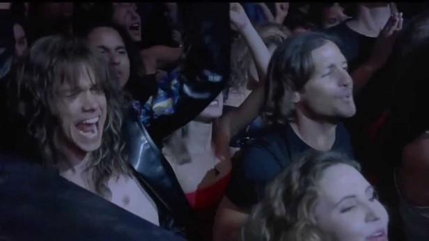 Wahlberg sera en toute fin de film remplacé sur scène par le chanteur Myles Kennedy (à gauche).