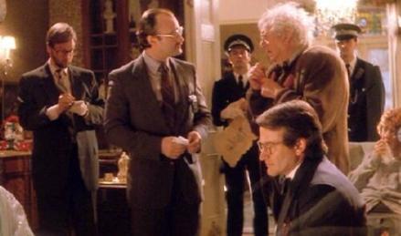 Moins évident à reconnaître, Phil Collins a bien décroché un tout petit rôle dans Hook. Il joue un inspecteur de police, présent aux côtés de Peter après le kidnapping de ses enfants par le Capitaine Crochet.