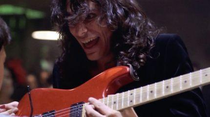 Guitariste du diable, Steve Vai est mis en échec par le jeune Engène à la fin du combat épique dans les dernières minutes du film Crossroads.