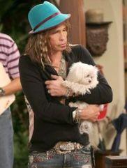 Voisin dérangeant dans Mon oncle Charlie, le chanteur d'Aerosmith Steven Tyler montre enfin son visage après plusieurs heures de vocalises qui irritent au plus au point Charlie Sheen.