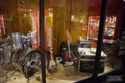 Instruments et répliques du matériel utilisé par Queen © David Trotta