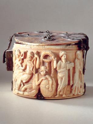 Cette pyxide en ivoire (coffret contenant les hosties consacrées) provient d'un atelier de Méditerranée orientale. Elle a été transformée par la suite en reliquaire. La scène sculptée représente les Saintes Femmes au tombeau, portant chacune un vase à parfum, suivies des apôtres Pierre et Paul. Six soldats gardent le tombeau du Christ. Première moitié du 6e siècle. Trésor du Chapitre cathédral de Sion. Musée d'histoire du Valais, dépôt du Chapitre cathédral de Sion. ©Musée d'histoire du Valais, dépôt du Chapitre cathédral de Sion. Photo l Robert Barradi