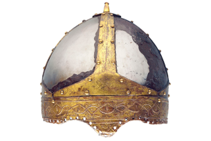 Casque d'apparat trouvé près de Villeneuve lors de travaux de dragage dans le Rhône. Les différentes parties de la calotte de fer sont assemblées par des bandeaux de bronze doré rivetés. Produits dans des «fabricae» byzantines, ces casques étaient portés par des officiers de haut rang de l'armée byzantine. Ils pouvaient aussi être donnés comme cadeaux diplomatiques ou encore rapportés comme butin de guerre. 6e siècle. Embouchure du Rhône dans le Léman Musée national suisse, Zurich© Musée national suisse, Zurich